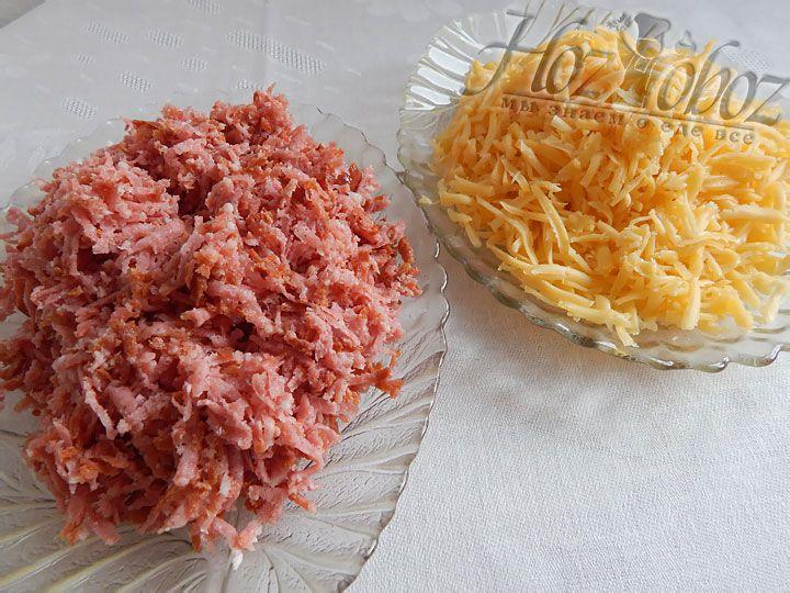 Натираем на крупной терке твердый сыр. Мясные ингредиенты можно нарезать, а при желании возможно и натереть