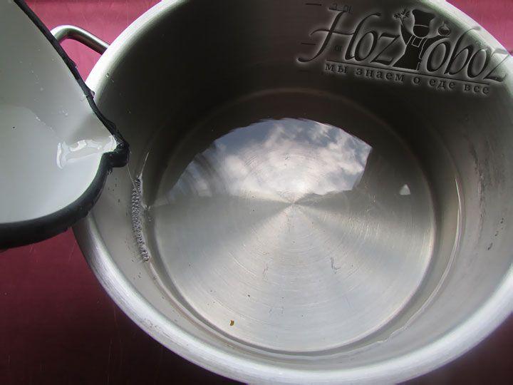 В кастрюлю выливаем 2 литра воды