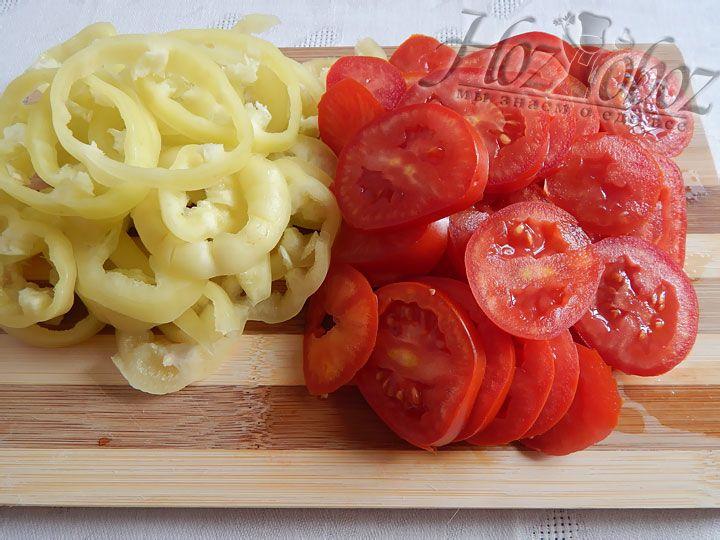 Полукольцами порежем помидоры и «потрошенный» болгарский перец