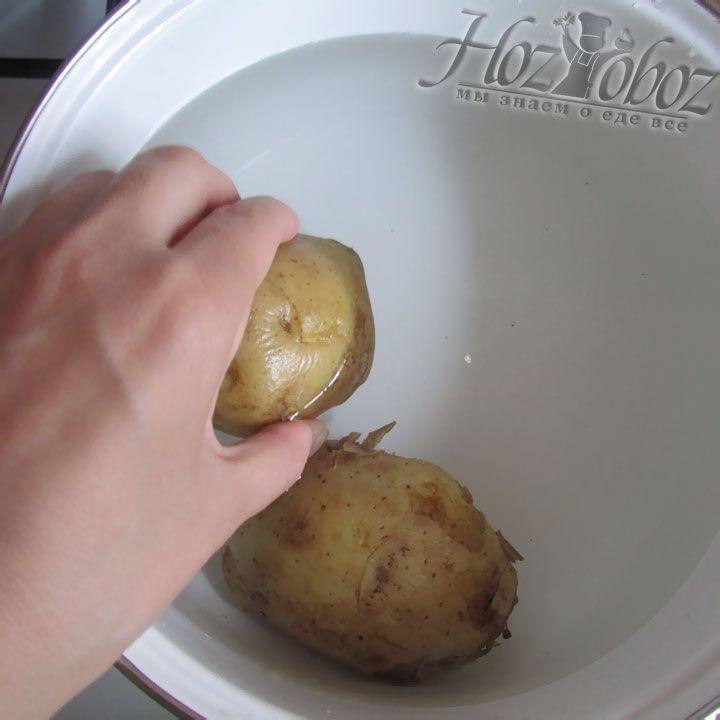 Отвариваем клубни картофеля