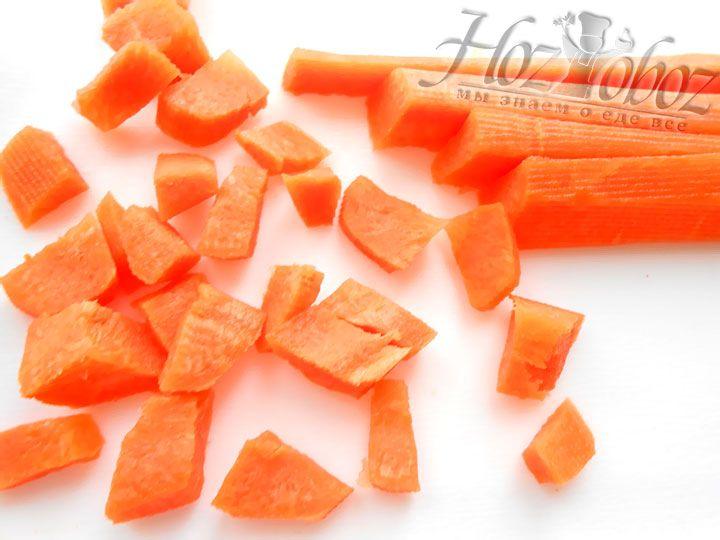 Морковку лучше порезать кубиками