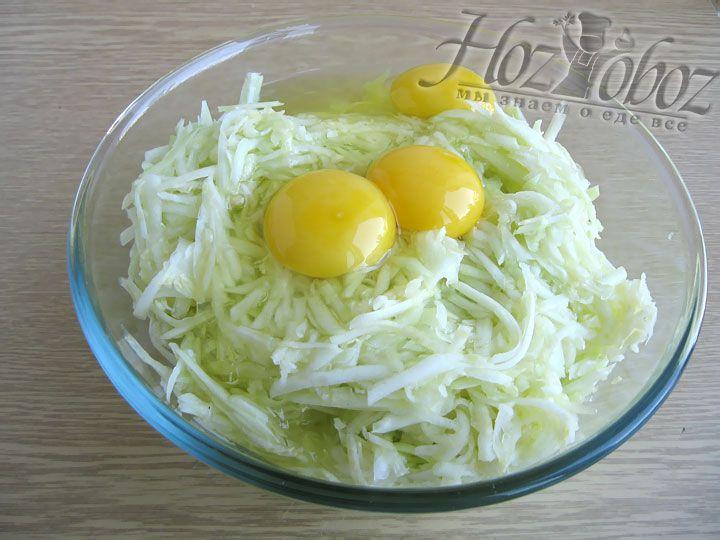 В миске соединяем мякоть кабачков с куриными яйцами