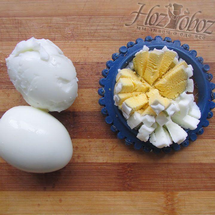 Яйца аккуратно измельчаем