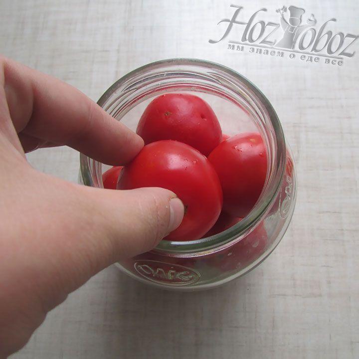 Плотно укладываем томаты в банку, но так, чтобы не повредить плоды