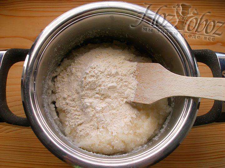 Теперь добавляем соль и муку, затем замешиваем тесто