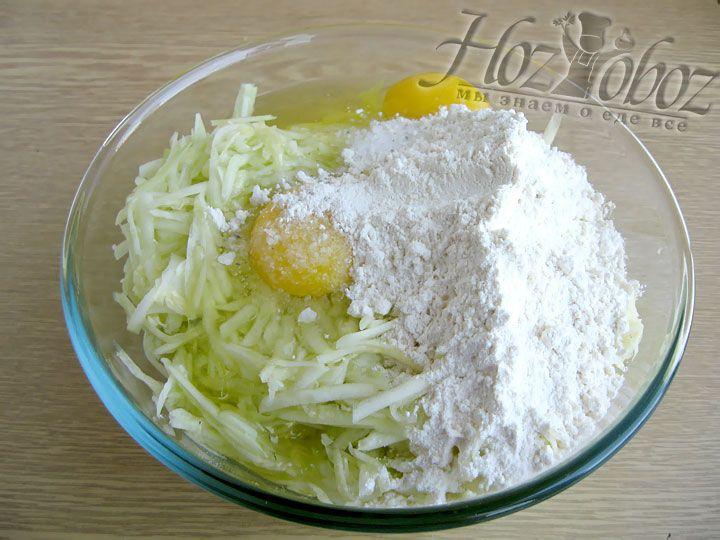 Добавляем пшеничную муку и размешиваем тесто