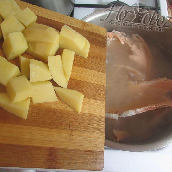 Добавляем картошку к рыбному бульону