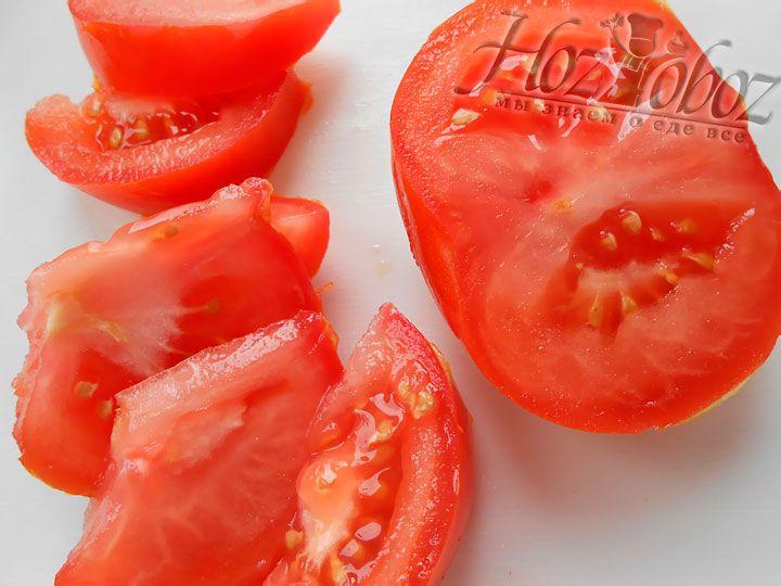 Томаты нарезаем дольками и добавляем к обжаренным овощам. Перед использованием помидоры лучше обдать кипятком и снять с них кожицу