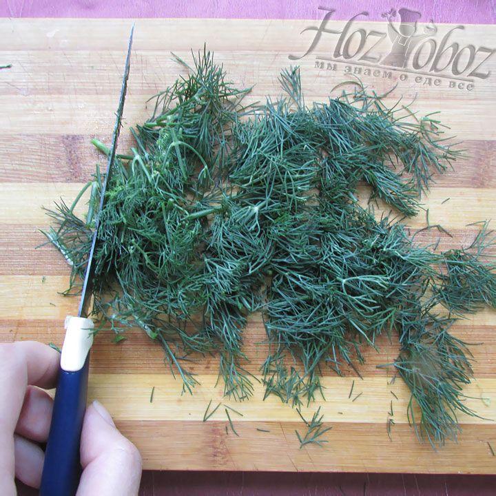 Как можно мельче нарезаем побольше любимой зелени