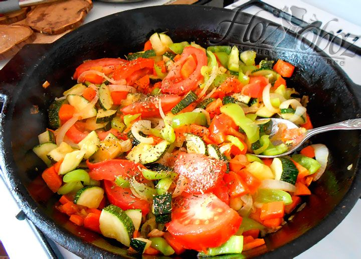 В последнюю очередь кладем в овощную обжарку картофель, доливаем немного воды, закрываем все крышкой и тушим около 20 минут. За несколько минут до готовности рекомендуем добавить в блюдо соль и специи по вкусу