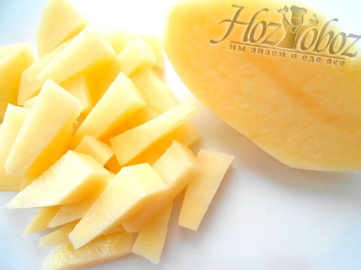 Картофельные клубни нарезаем кубиками