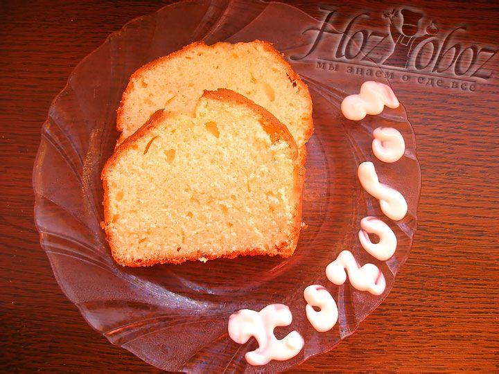 Готовый кекс следует вынуть из формы и остудить, а затем просто нарезать кусочками нужного размера и подать к чаю