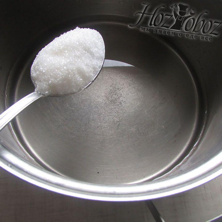 Теперь добавляем сахар и даем рассолу вскипеть
