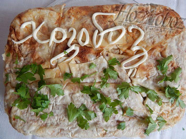 Готовый пирог выкладываем на блюдо и посыпаем мелко рубленной зеленью