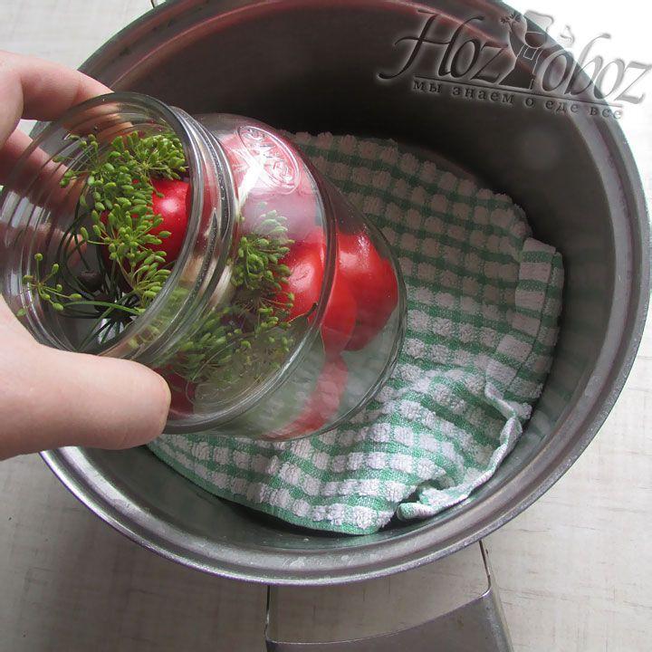 На полотенце  располагаем банки с томатами