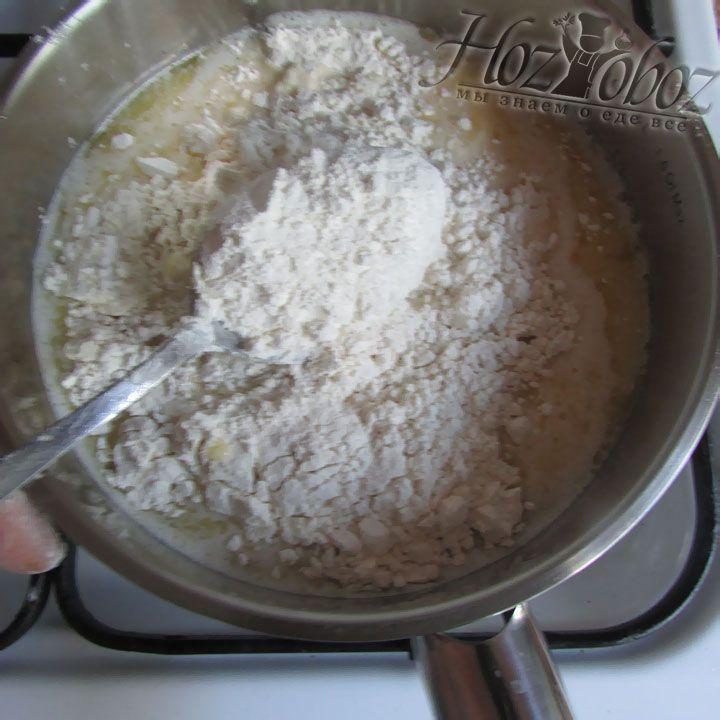 Всыпаем пшеничную муку