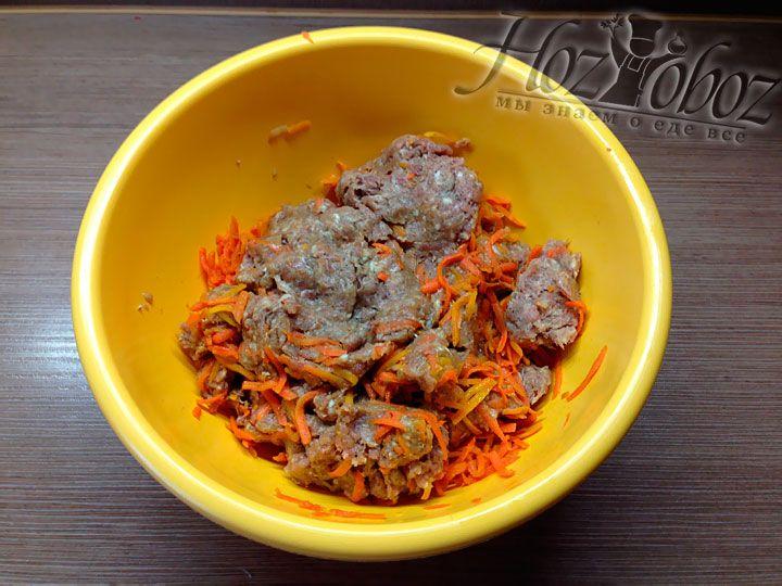 Для начинки смешиваем свиной фарш с треть подготовленной морковной зажарки