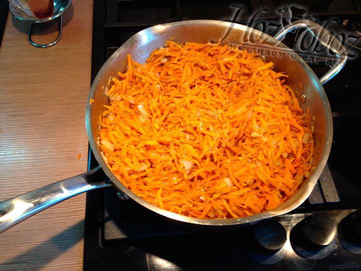 Обжаренную морковь с луком следует приправить и остудить