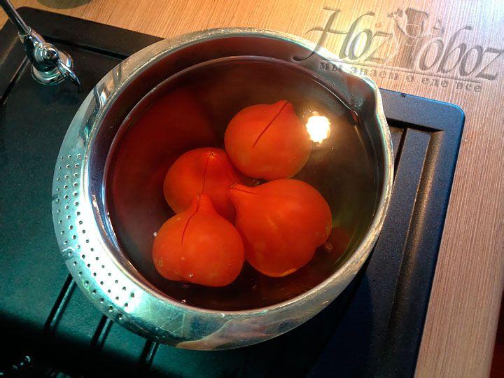 Для соуса помидоры зальем кипятком, надрезав их сверху крест накрест