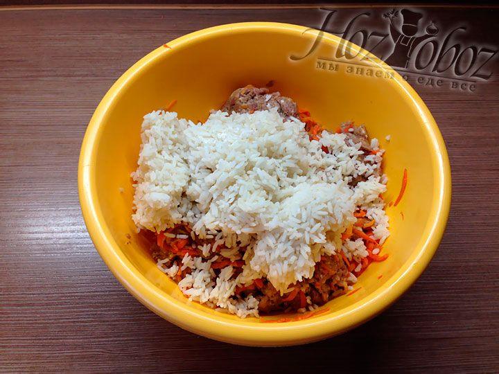 В последнюю очередь добавим в фарш слегка проваренный рис