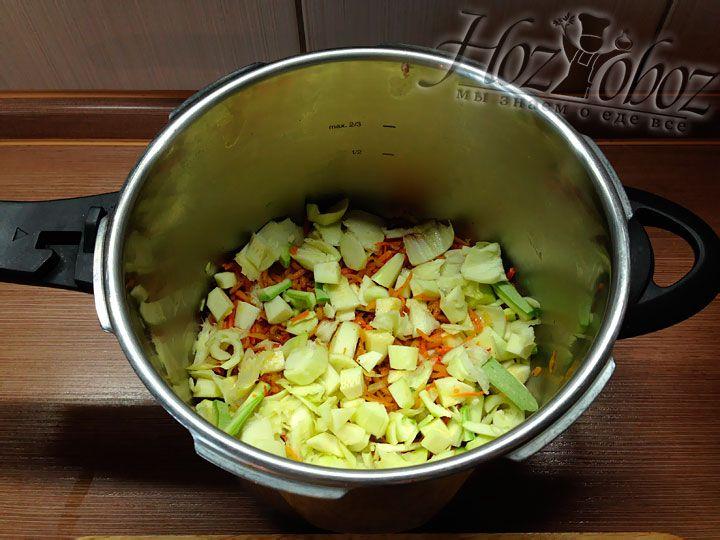 Поверх моркови насыпаем горсть мякоти кабачков