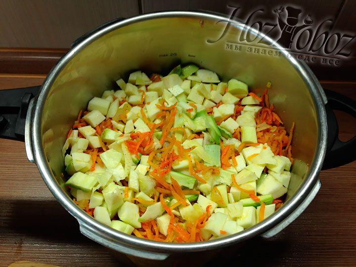 На фаршированные овощи опять насыпаем морковь и кусочки кабачков