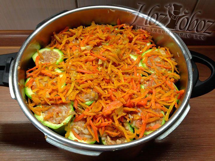 Укладываем следующий слой кабачков, а потом снова посыпаем их морковью