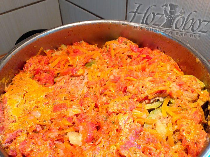 Выливаем соус в кастрюлю с кабачками и готовим на небольшом огне примерно 1 час или пока рис не станет мягким