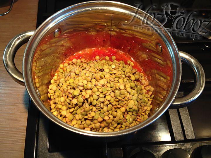 Соединяем пассировку из лука, чеснока и томатов с чечевицей и обжариваем несколько секунд
