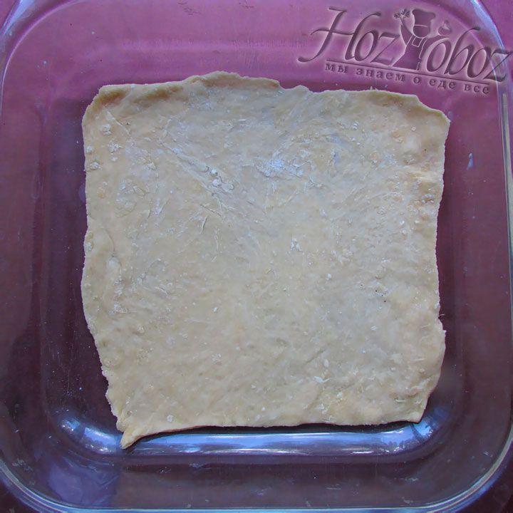 Раскатанное тесто располагаем в емкости для выпечки