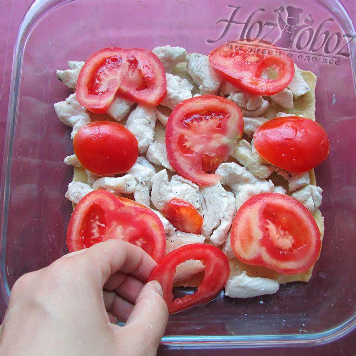 Поверх располагаем томатные дольки