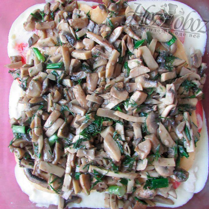 Далее выкладываем обжаренные грибы
