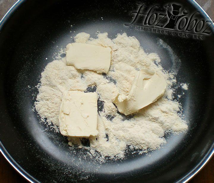 Как только мука приобретет нужный оттенок кладем в сковородку кусочек мягкого сливочного масла