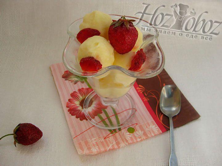 Минут за 20 до сервировки мороженное следует переместить из морозили в холодильник. Для подачи на стол раскладываем десерт по креманкам и украшаем фруктами с сиропом