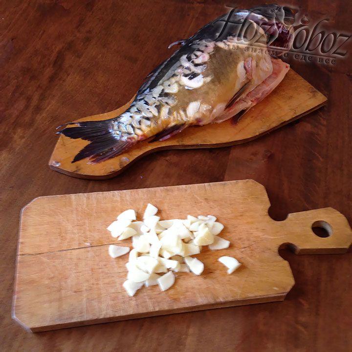 Для маринада очищенные дольки чеснока нарезаем колечками, так же поступаем с луком