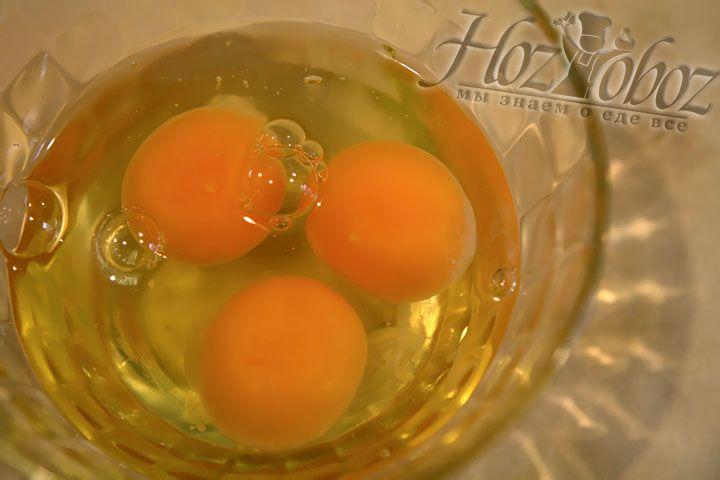 В миску разбиваем яйца