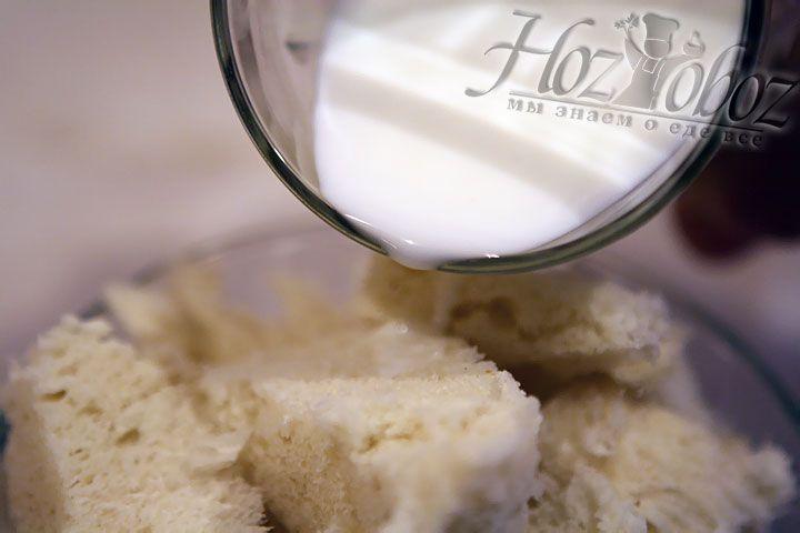 В нарезанный хлеб добавляем немного сливок или молока