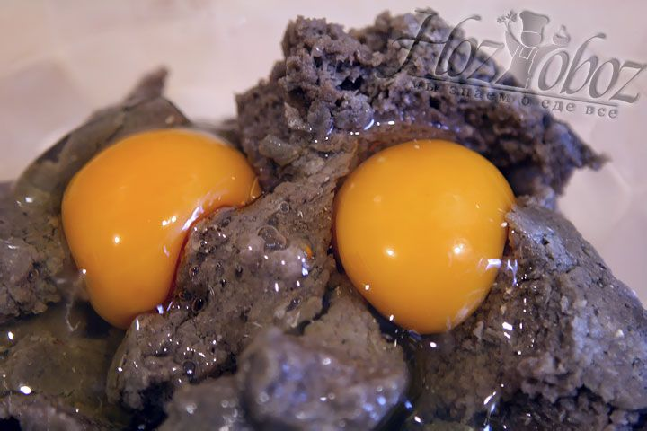 В миску с яйцами выкладываем рыбный фарш и перемешиваем