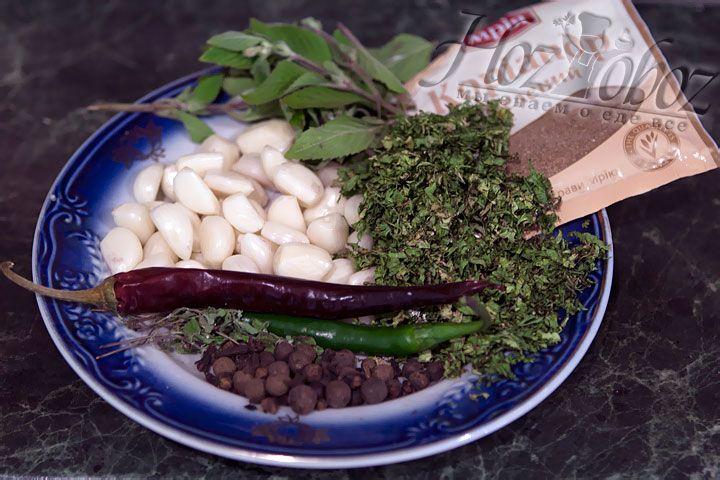 Для заправки моем и чистим чеснок и добавляем кинзу, майоран и другие травы, также рекомендуем использовать смесь кавказских специй, купив их предварительно на рынке