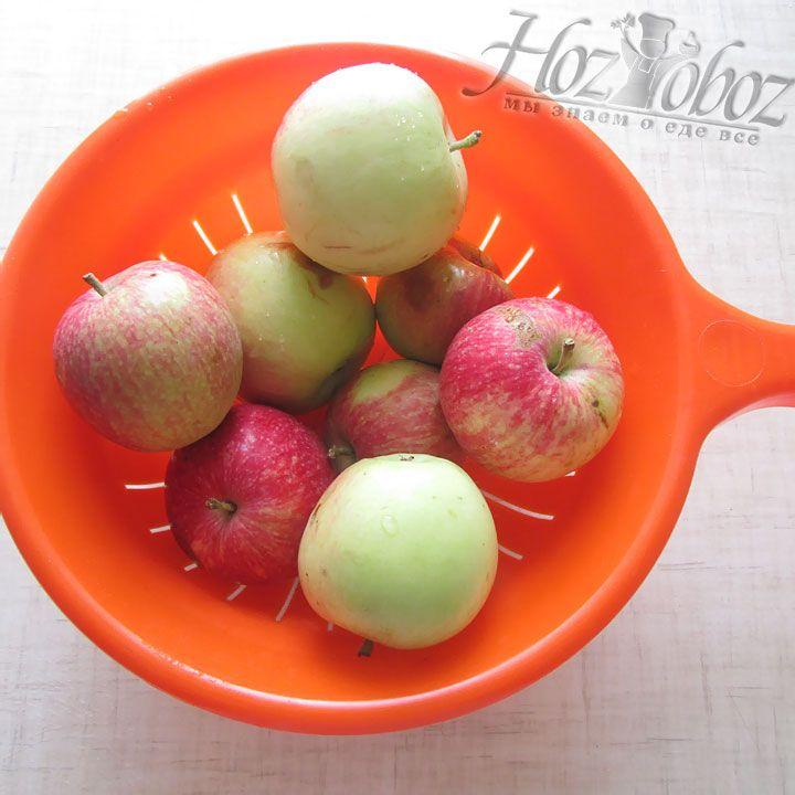 Перекладываем все помытые плоды в дуршлаг и даем стечь воде