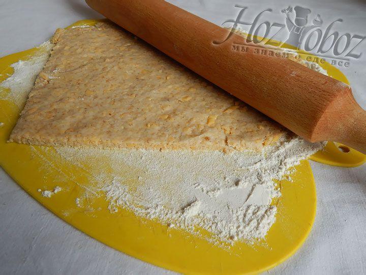 На посыпанной мукой поверхности раскатываем корж толщиной около 0,2 см.