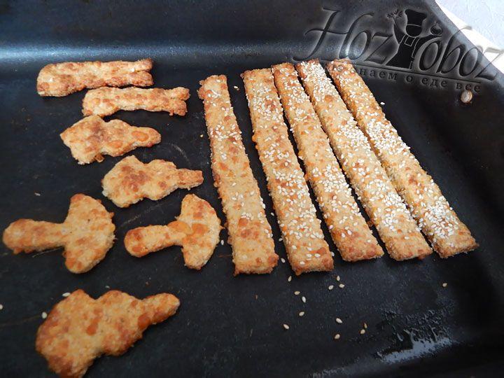Выпекать сырные палочки надо на протяжении 20 минут при температуре 185 градусов. При возможности минут за 7 до окончания приготовления надо установить режим верхнего запекания, чтобы подрумянить снеки