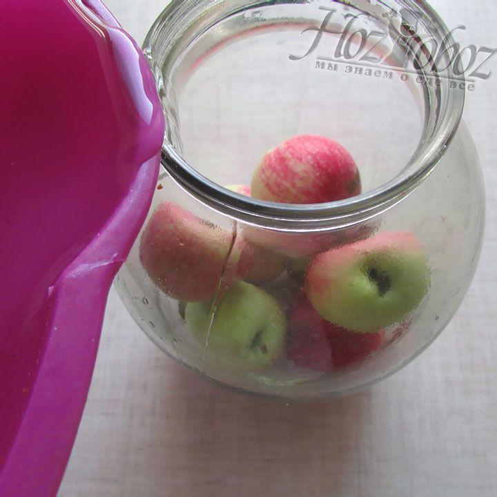 Готовым сиропом заливаем банки с яблоками