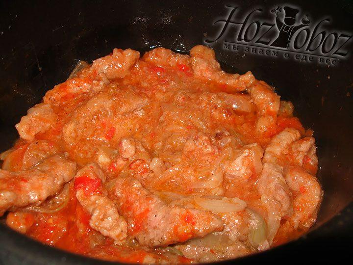 Тем временем мясо пропарилось и пришло время влить в него томатное пюре и посолить