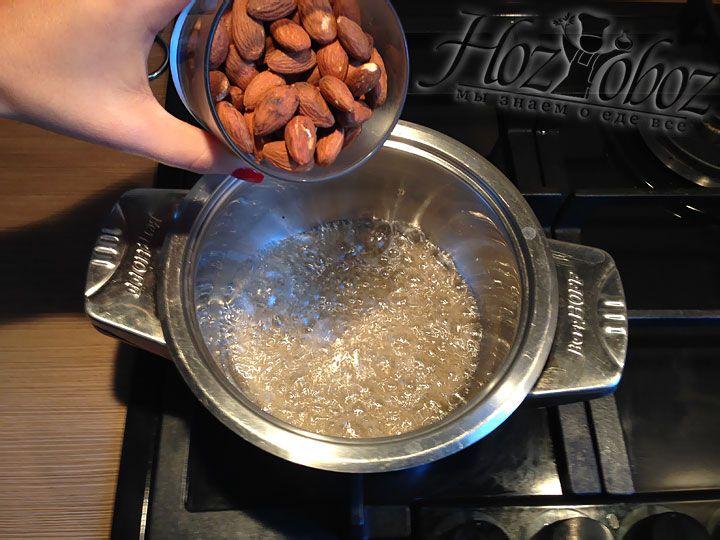 В сироп высыпаем 150 граммов орехов
