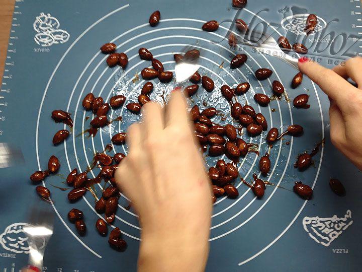 Чтобы орехи не слиплись на коврике разделяем их вилками, чем быстрее тем лучше