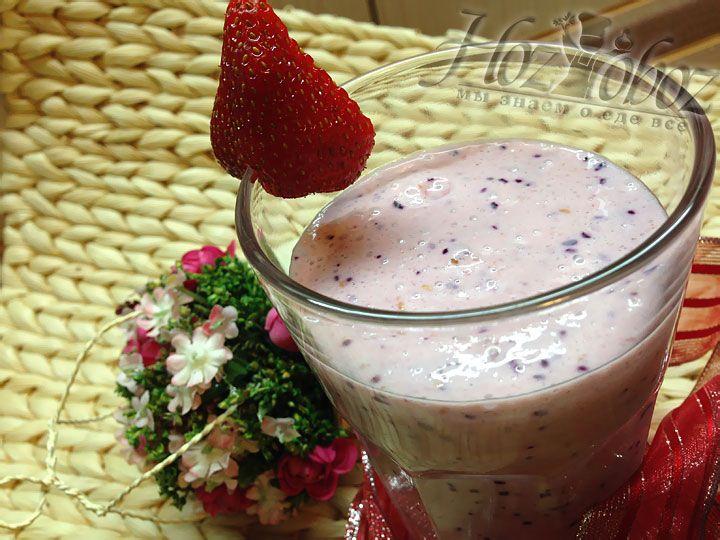 Готовый коктейль разливаем в стаканы и подаем охлажденным, украсив ягодами