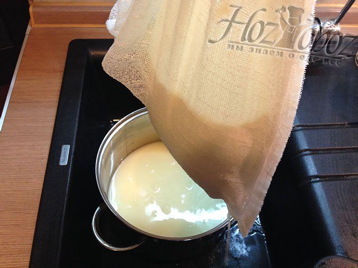 Вынимаем марлю с сыром из кастрюли и даем сбежать сыворотке