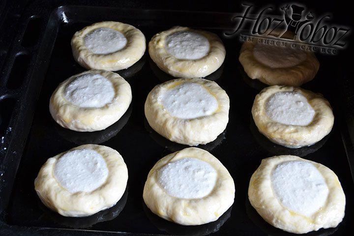 Выпекаем булочки при температуре 200 градусов примерно 30 минут
