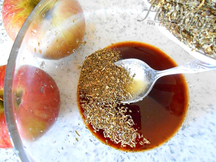 Теперь в жидкие ингредиенты добавим измельченный чеснок и приправы